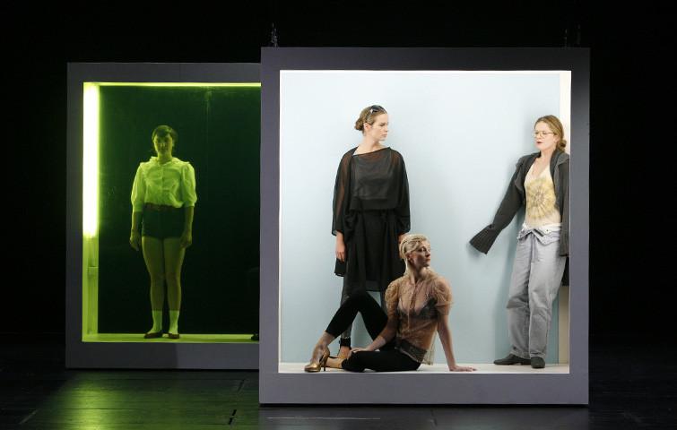 An den Wassern zu Babel. Ein Sparten übergreifendes Projekt von Ludger Engels am Theater Aachen. Katja Zinsmeister in diversen Rollen