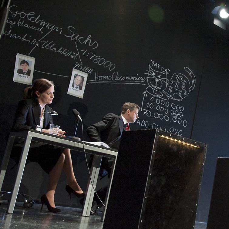 DAS HIMBEERREICH, Stück von Andres Veiel in einer Inszenierung von Bernadette Sonnenbichler. Dr. Brigitte Manzinger: Katja Zinsmeister