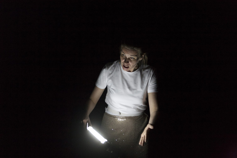 FAUSTIN AND OUT, Sekundärdrama zu und mit Goethes Urfaust von Elfriede Jelinek in einer Inszenierung von Ludger Engels. GeistIn/FaustIn/Gretchen: Katja Zinsmeister