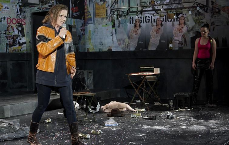 """URBAN GIRLS, Texte: """"Gilgi"""" von Irmgard Keun und """"Reiherkönigin"""" von Dorota Masłowska. Inszenierung von Jenke Nordalm. Katja Zinsmeister in diversen Rollen."""