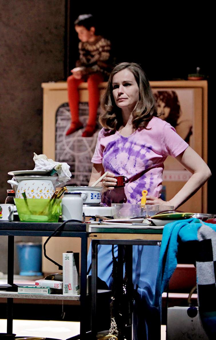 ZUSAMMEN! nach einem Film von Lukas Moodysson in der Inszenierung von Elina Finkel. Elisabeth: Katja Zinsmeister