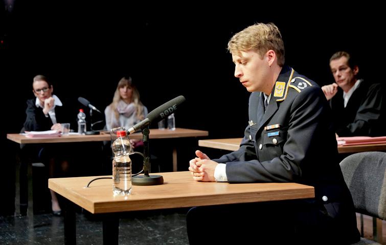 TERROR_Theater_Aachen_Simon_Rußig